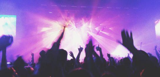 ライブで熱狂する観衆とステージを照らすライト