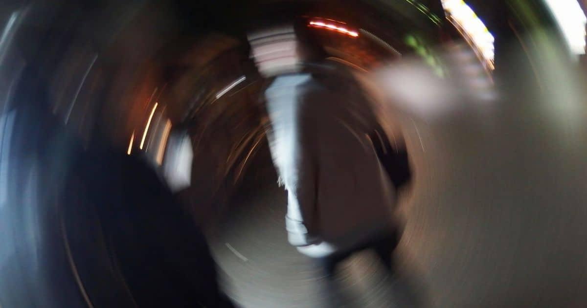 泥酔状態のグルグル回るイメージ
