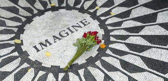 NYセントラルパークのIMAGINEモニュメントと花束