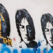 壁に描かれたジョン・レノンの肖像画