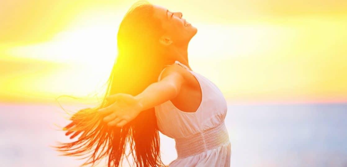 太陽を光を浴びる女性