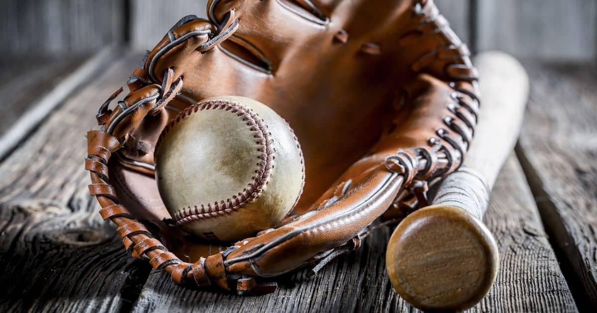 野球のグラブに入ったボールとバット