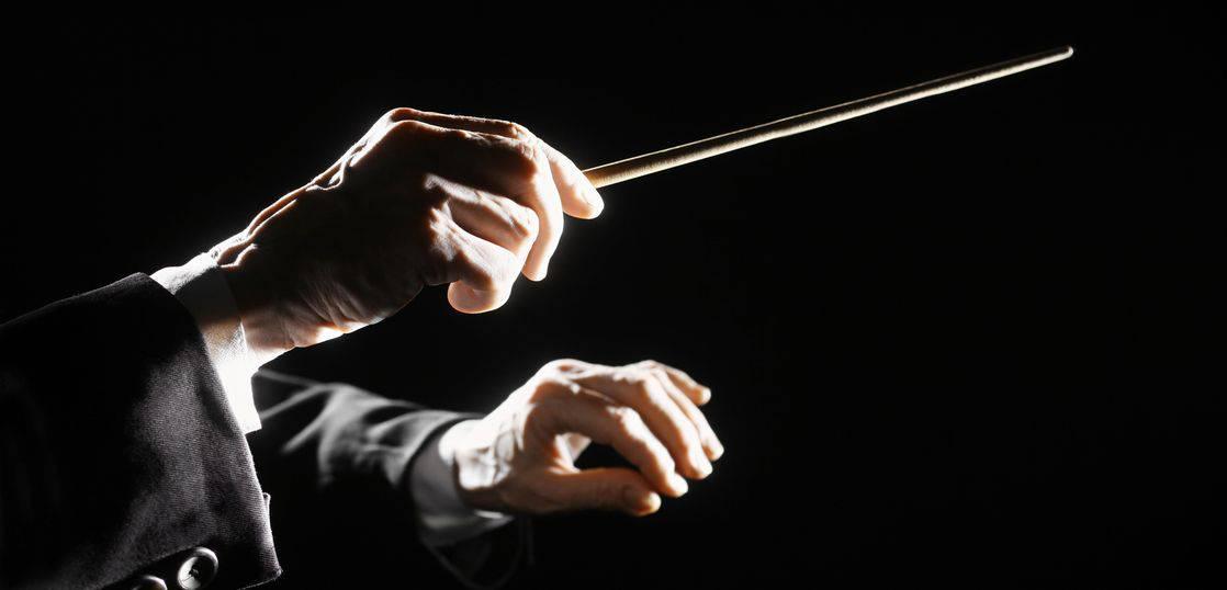 指揮棒を振る指揮者の腕