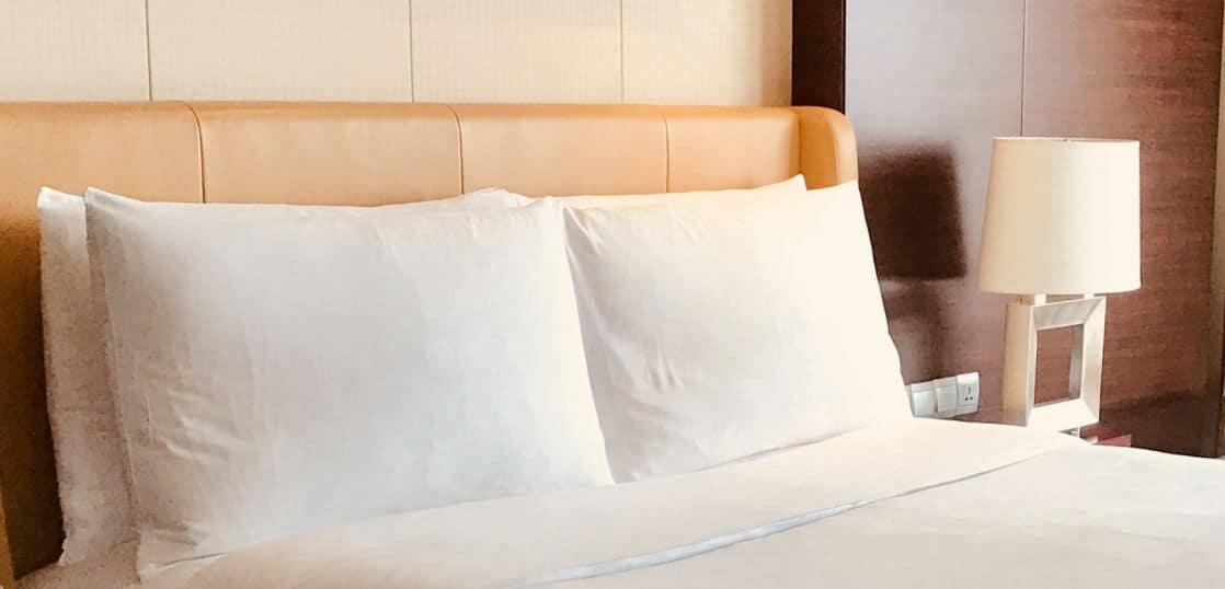 ホテルのベッドの枕