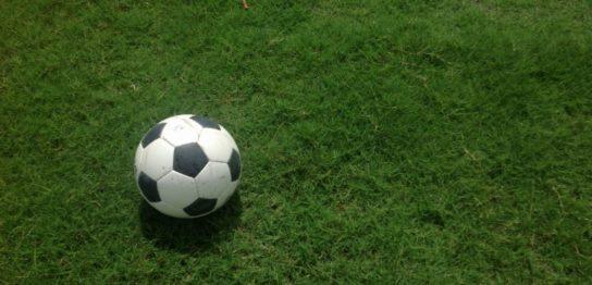 芝生の上のサッカーボール
