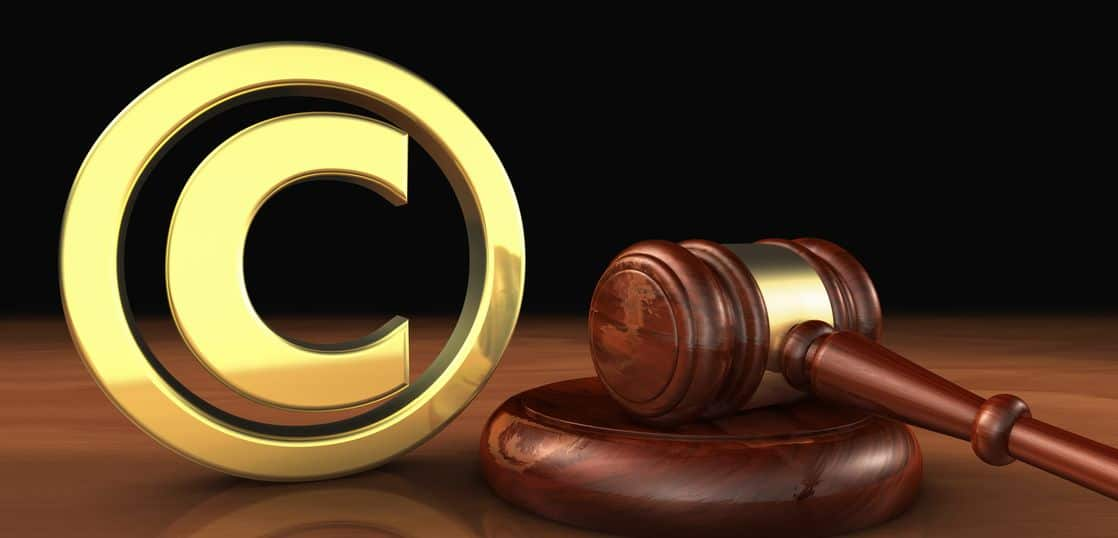 著作権シンボルと金槌