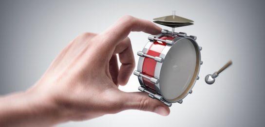 バスドラムをつまんでいる腕