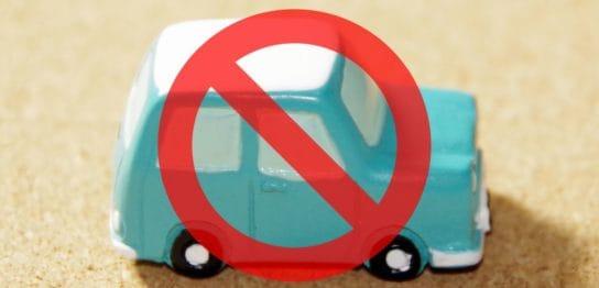 駐車禁止マークと車の模型