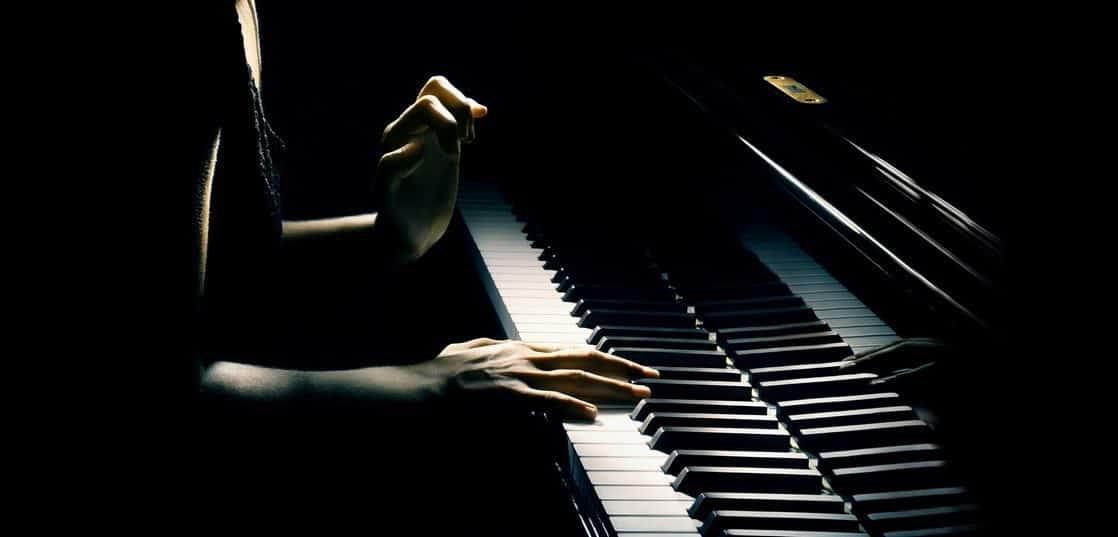 暗闇の中のピアニスト