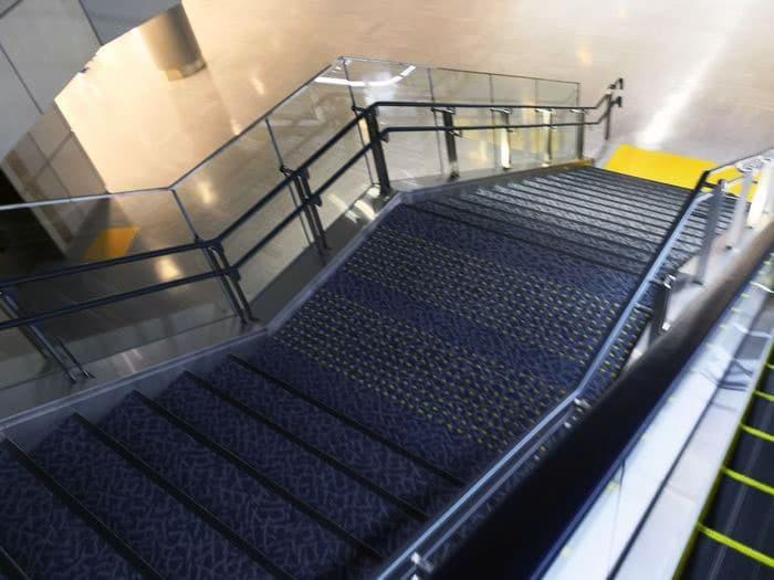 成田空港のバゲージクレーム階段を上から見た写真