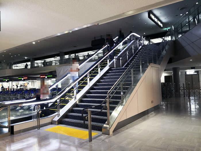 成田空港のバゲージクレームの階段