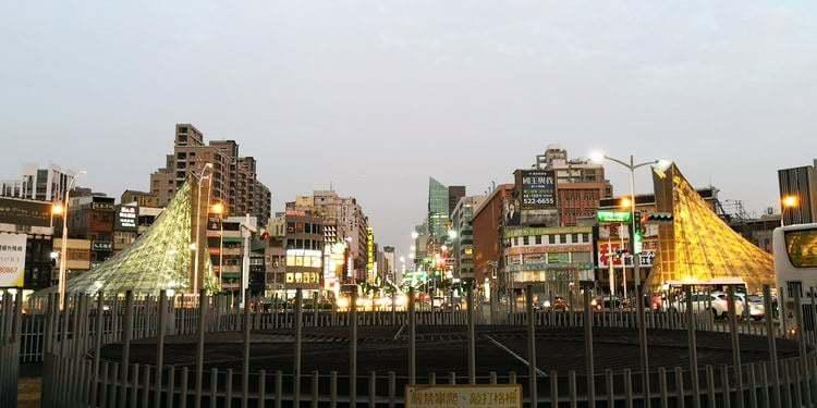 美麗島駅の外観 交差点(台湾・高雄)