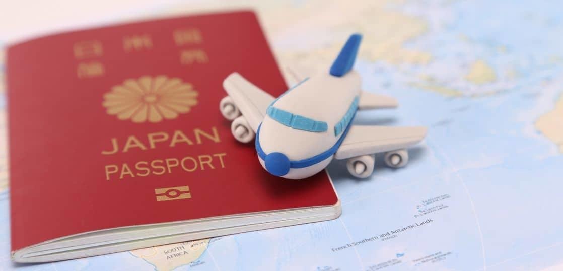 パスポートと飛行機のクレイモデル