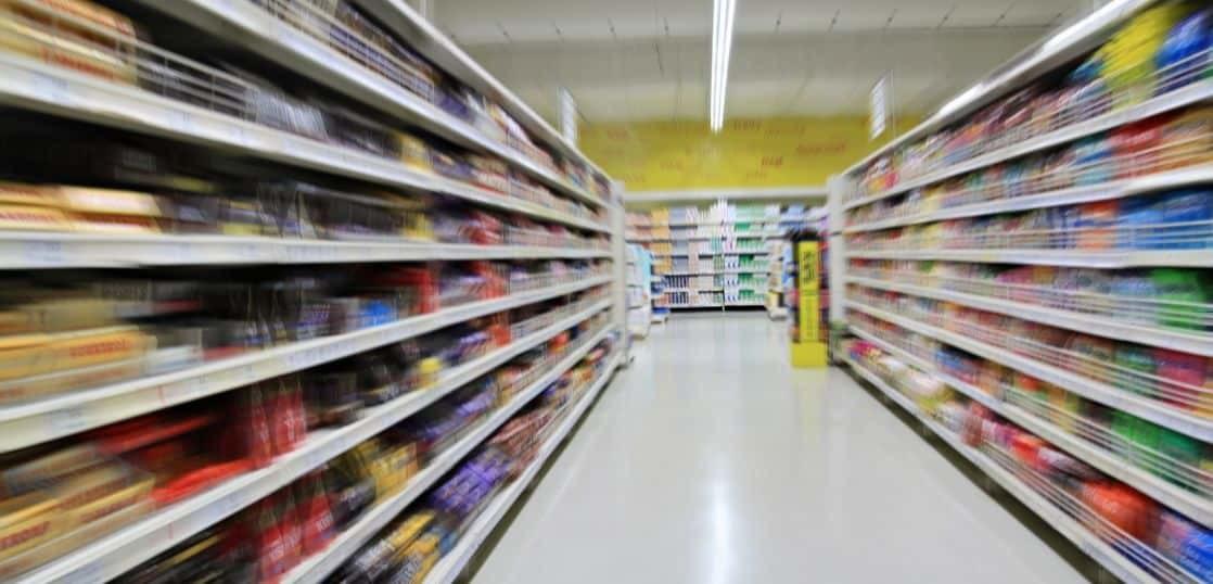 スーパーマーケットの陳列棚が流れる