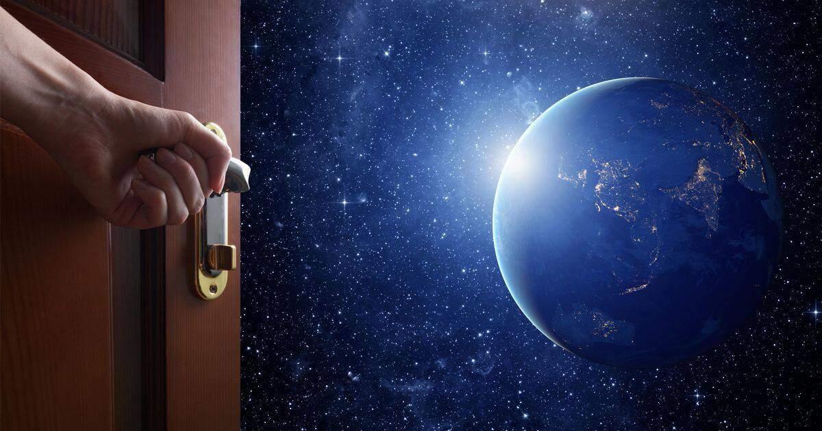 ドアを開けたら宇宙