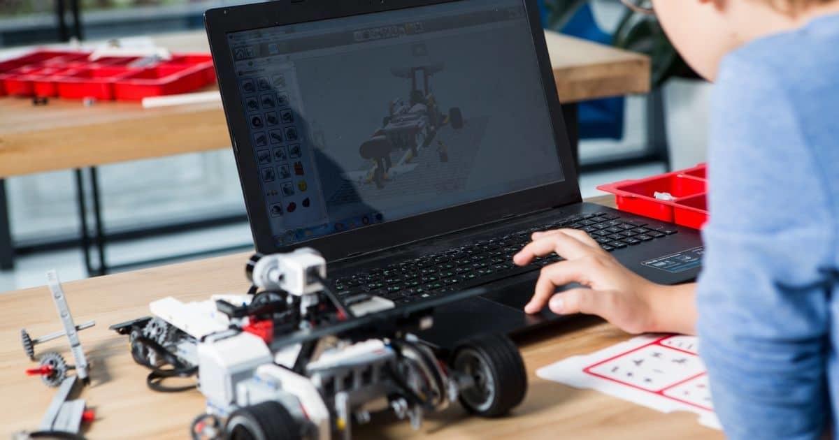 子供とロボットとパソコン