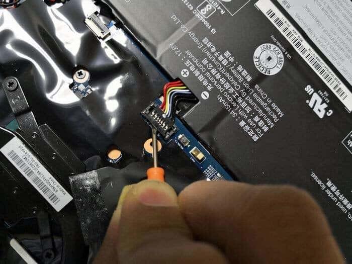 ThinkPad X1 Yogaのバッテリーコネクターを外す