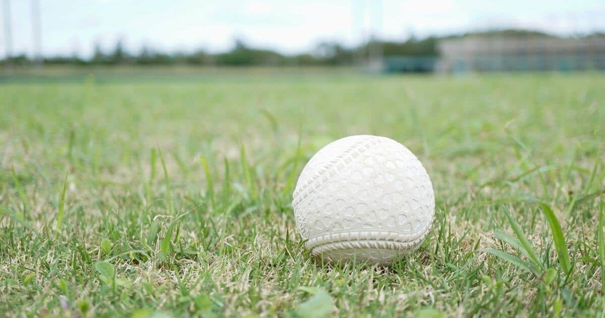 野球グラウンドと軟式ボール
